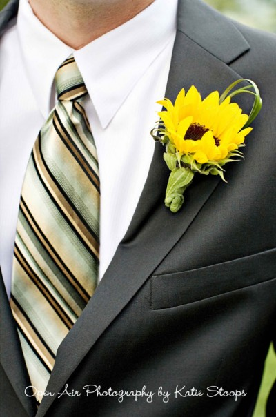 Groom-striped-tie-sunflower-boutonniere-400x605